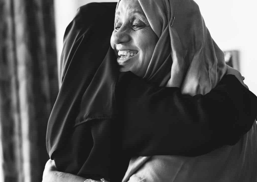در آغوش گرفتن مادر - جملات تبریک روز مادر و روز زن- مجله باسلام