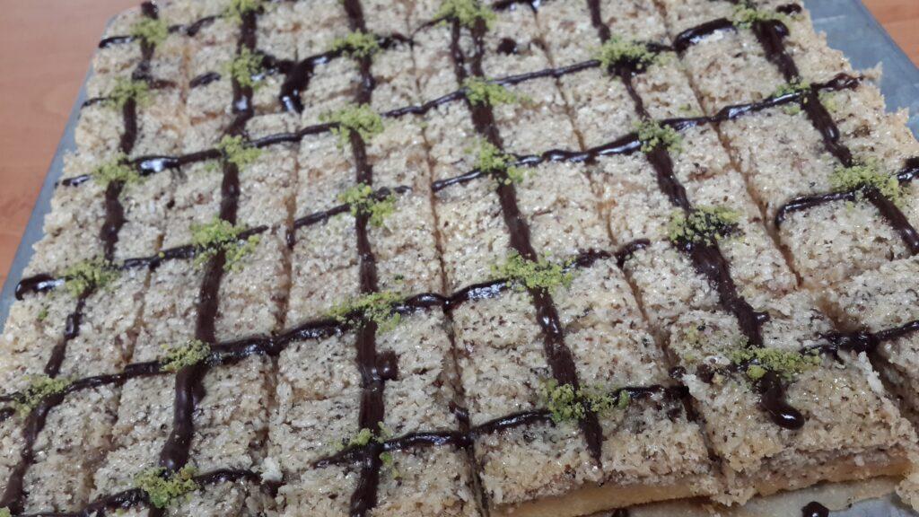 طرز تهیه شیرینی خانگی عید- طرز تهیه شیرینی ماکرون گردویی خانگی- مجله باسلام