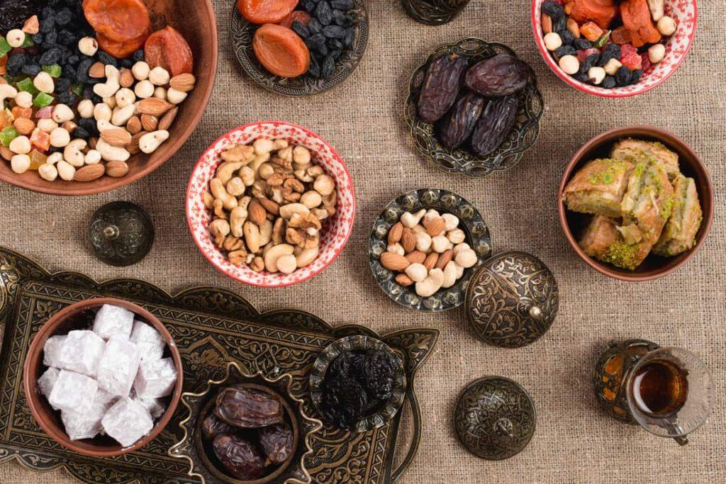 چیدن سفره افطار- روزه گرفتن در شرایط کرونا- مجله باسلام